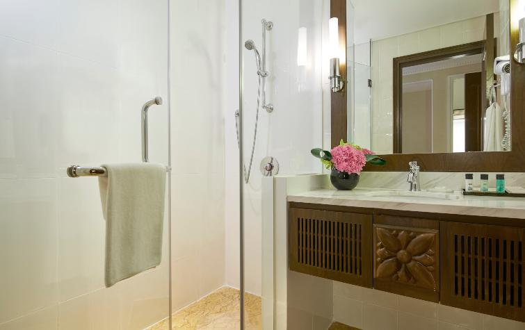 Rendezvous-Hotel-Singapore_Superior-Room_Bathroom